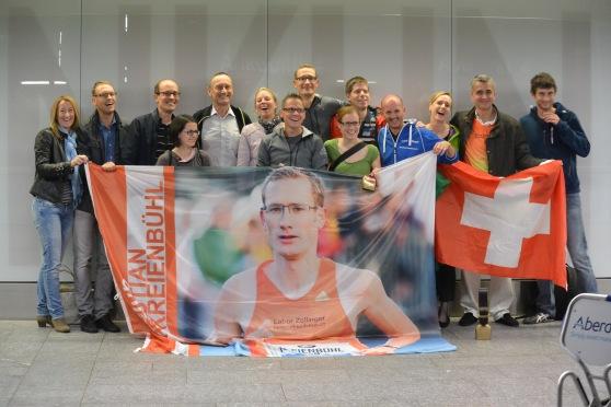 Der ckr-Fanclub empfängt Chrigel nach seinem Sturmlauf am Berlin-Marathon am Flughafen Zürich